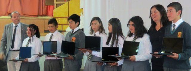 Estudiantes del LDA reciben computadores del gobierno en solemne ceremonia