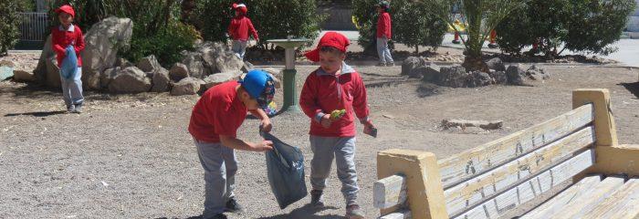 Pequeñitos de la Escuela de Lenguaje Ayllú llegaron a limpiar la plaza